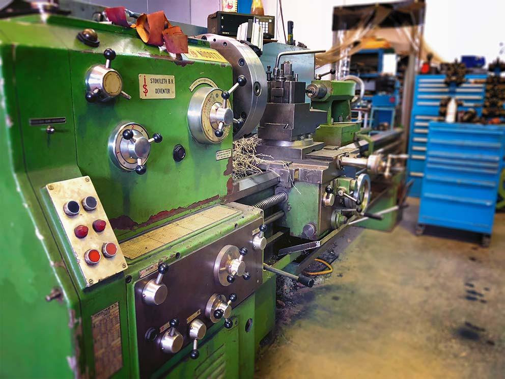 Draaibank in de werkplaats van KTS Hydraulics