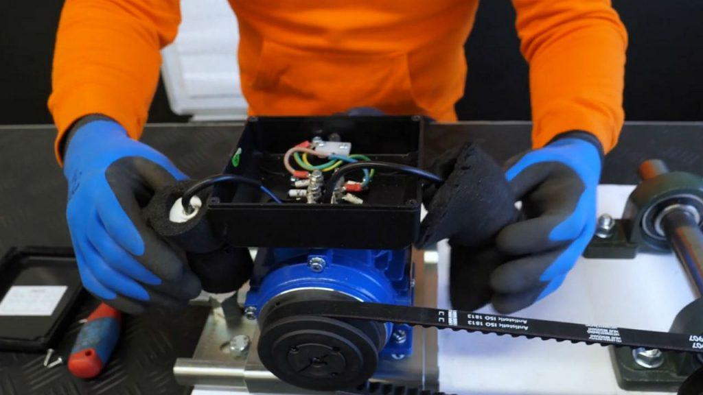 eerjan opent de kap van de 230V elektromotor