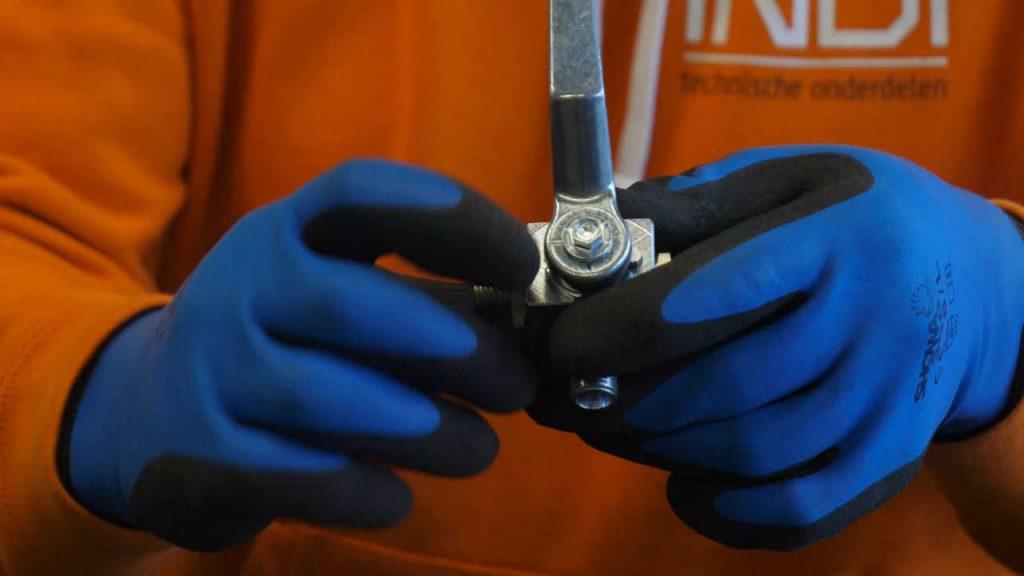 Productspecialist Eerjan wijst de twee streepjes op een L-boring aan.