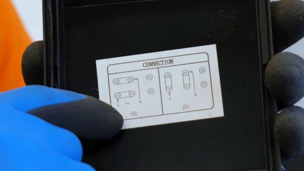 De afbeelding onder de kap geeft de verbindingen aan om de draairichting aan te passen