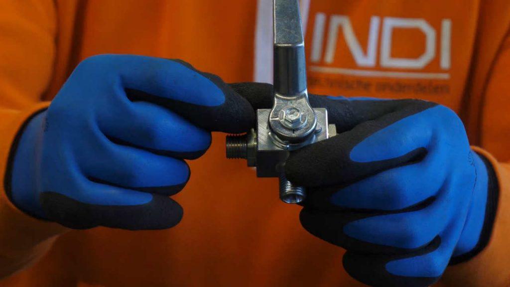 Productspecialist Eerjan wijst de driestreepjes op een T-boring aan.