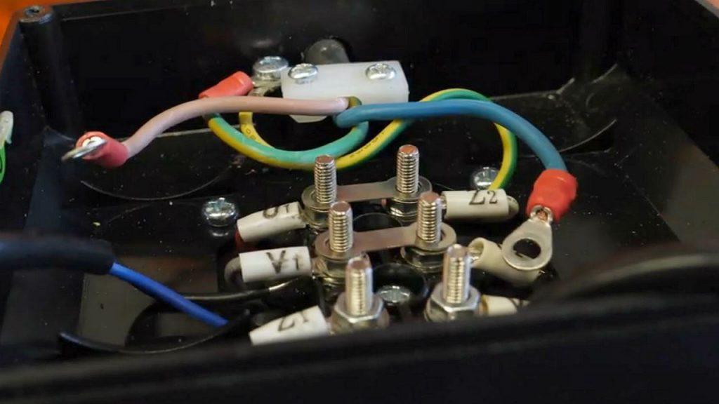 De verbinden aan de condensatoren zijn een kwartslag gedraaid om de draairichting van de motor om te keren