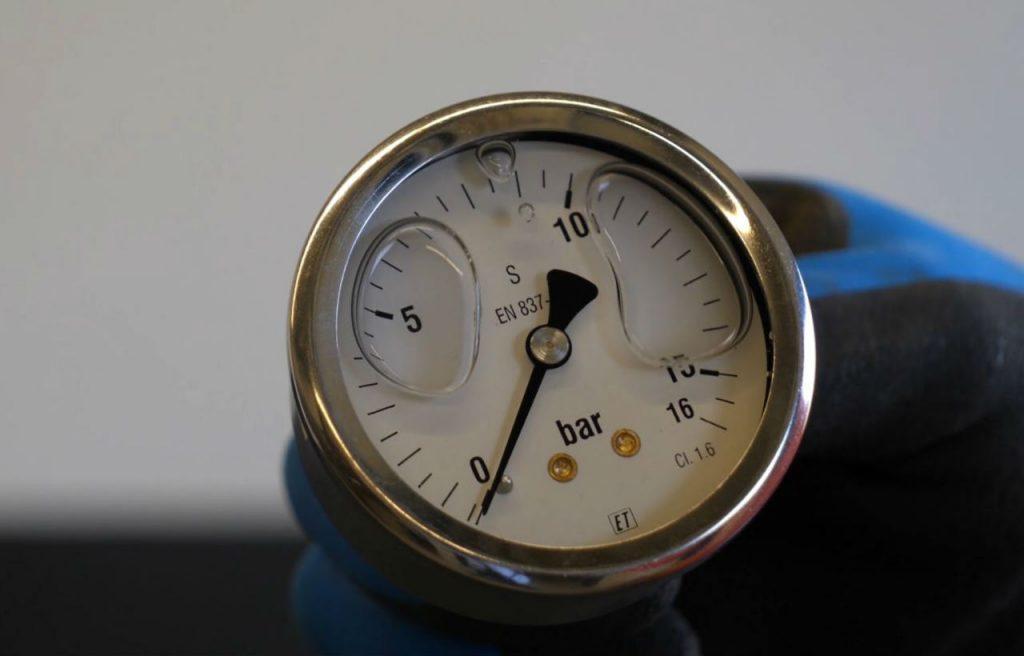 Close-up van een manometer met glycerine