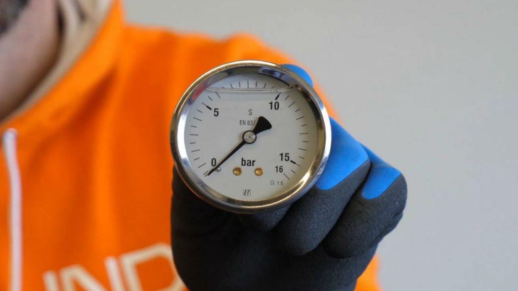 Eerjan toont een manometer van 16 bar