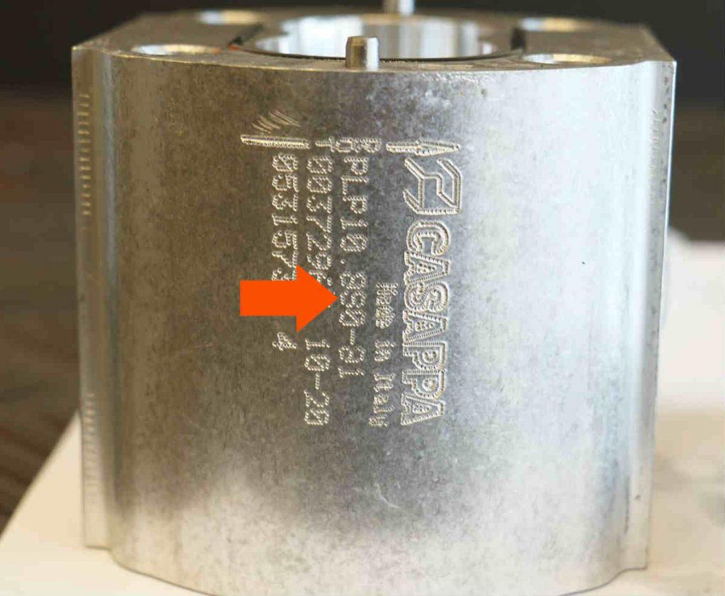 Close-up van de Casappa  PLP108S081E1 tandwielpomp met de 'S' van sinistra.