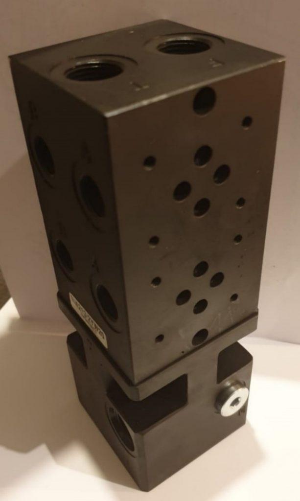 Stalen cartridgeblok met 2 Cetop-ventielen en voetplaat