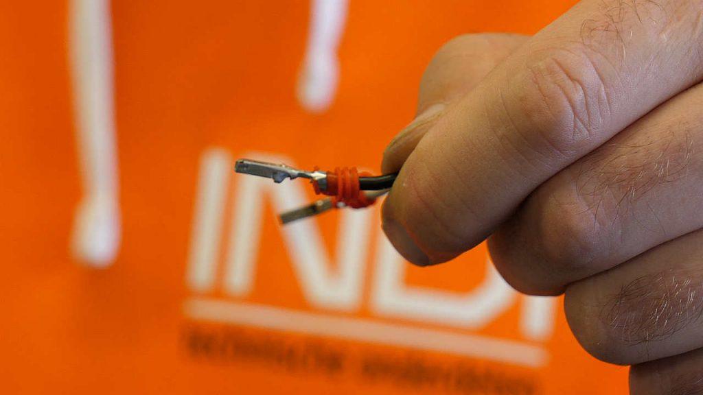 De klemmen aan de kabel  van da AMP stekker zijn voorzien van rubbers voor waterdichtheid.