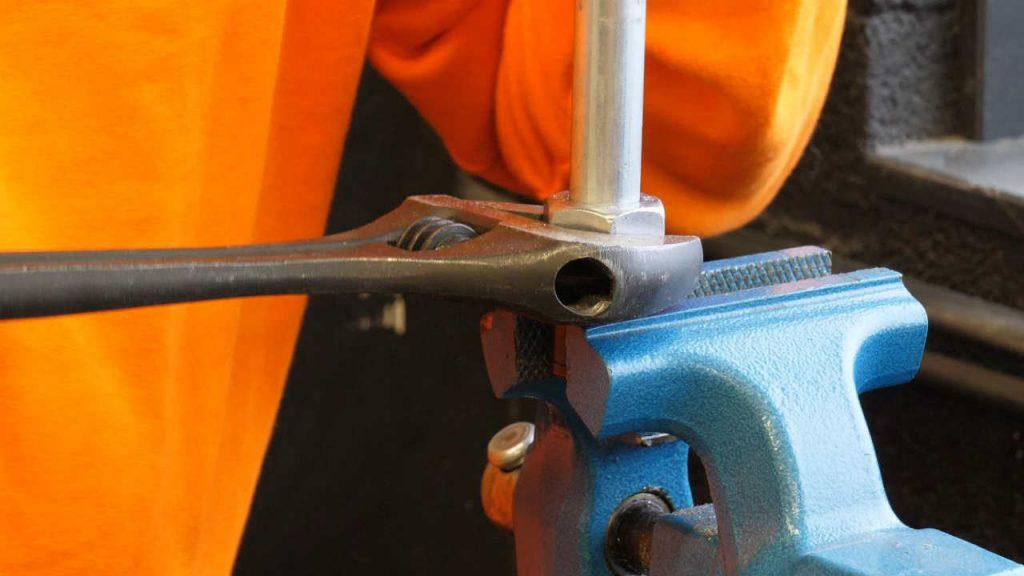 De wartelmoer vastdraaien met een moersleutel