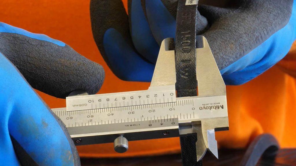 Een V-snaar meten met een schuifmaat