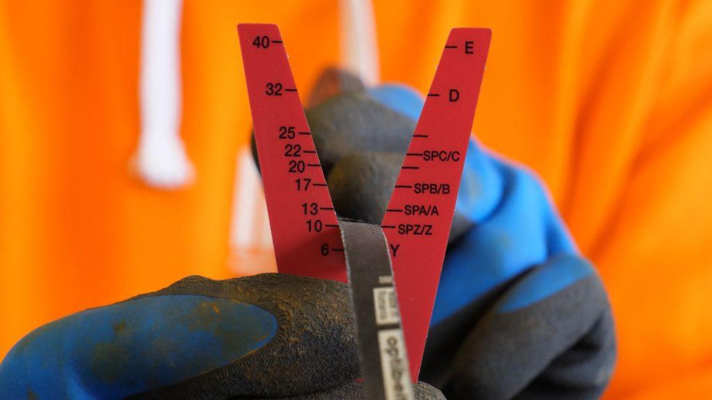 Een V-snaar meten met de tool van Optibelt