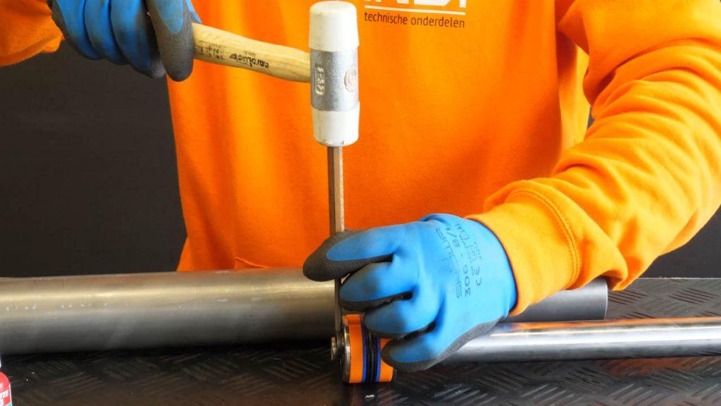 de terugsslagvrije hamer gebruik je voor het bevestigen van de borgclip