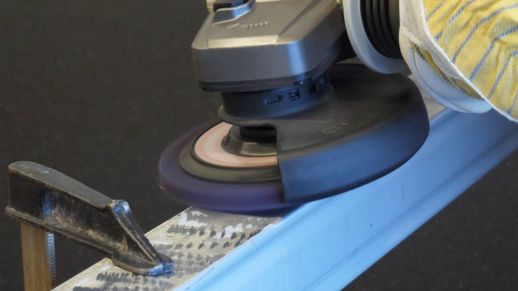 De clean & strip-schijf wordt getest op het aluminum profiel met weinig vonken zichtbaar