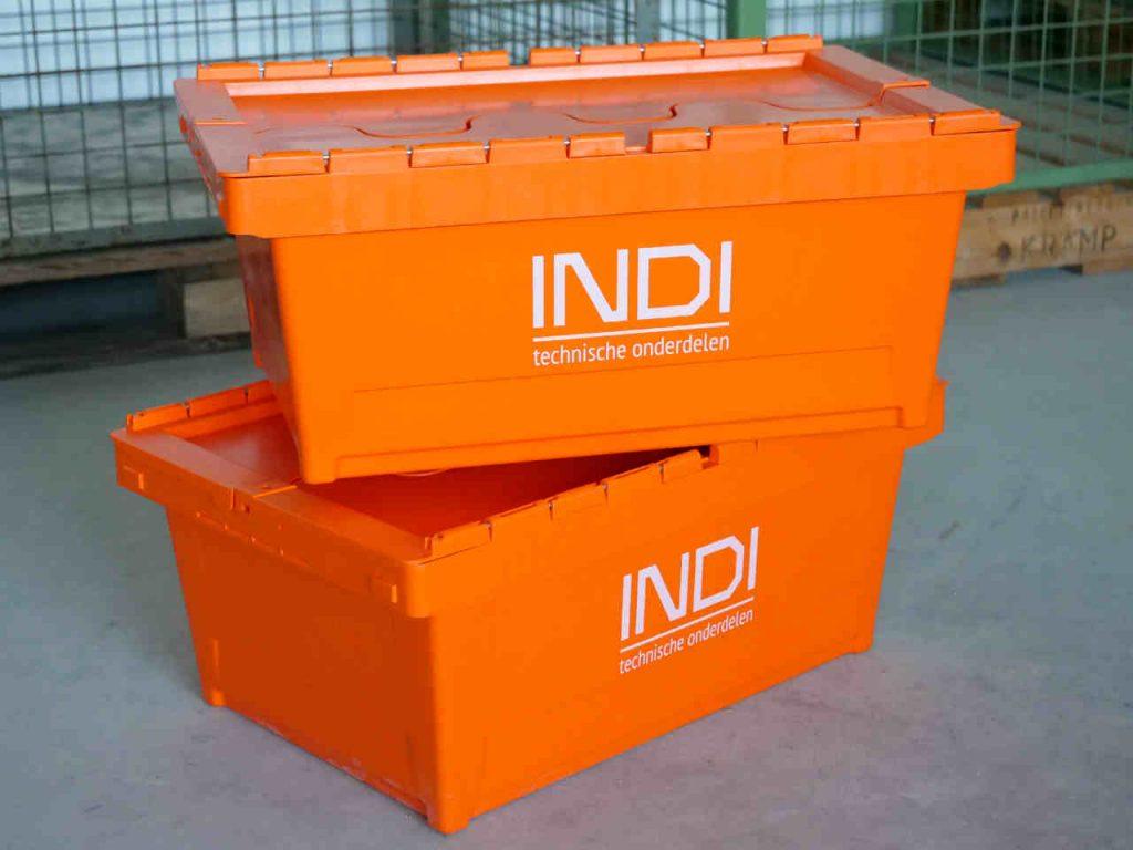 Twee oranje INDI-kratten die weer gebruikt kunnen worden.
