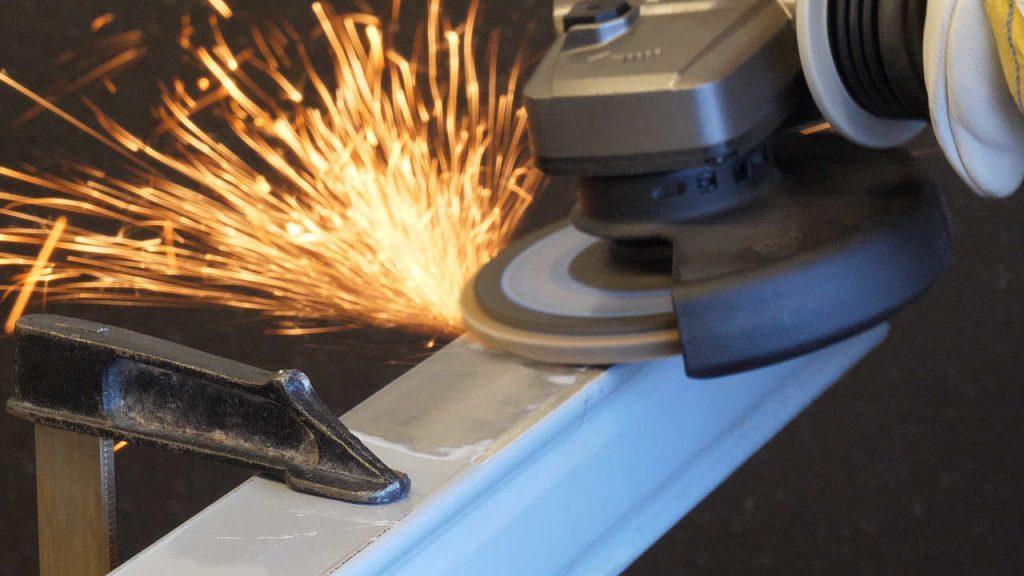 De lamellenschijf wordt getest op een aluminiumprofiel met vonken duidelijk zichtbaar.