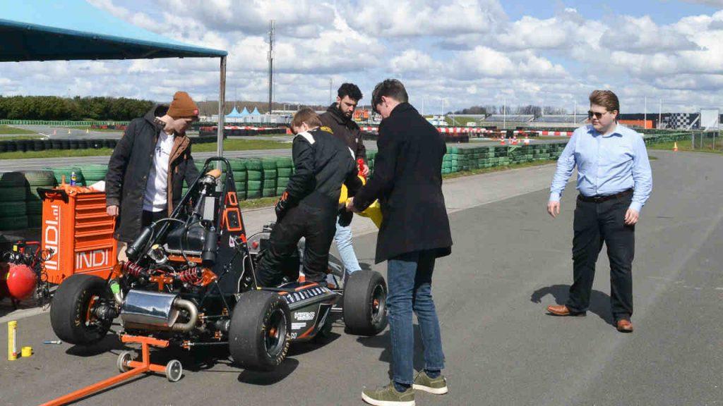 Het team va nde Hanze Racing Division tijdens de testdag op het TT-circuit in Assen