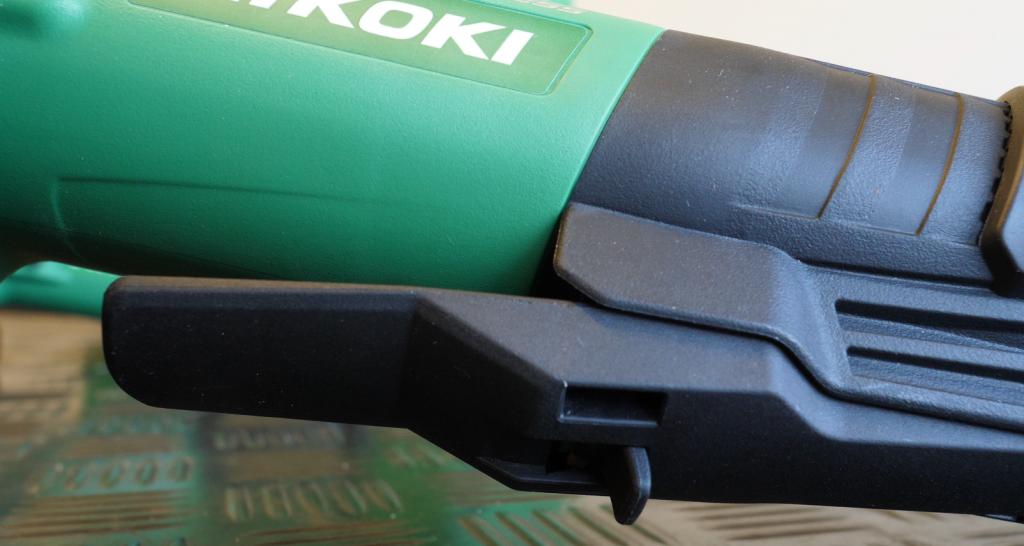 De G13BYE haakse slijpmachine van HiKOKI heeft een 'dodemansknop'