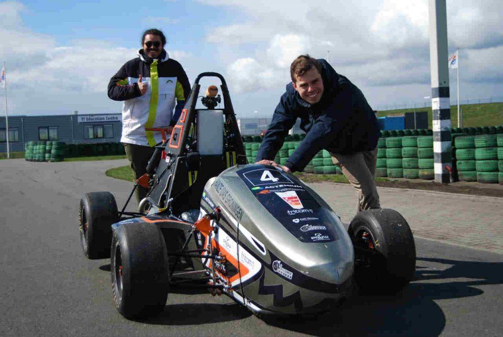 De raceauto van Hanze Racing Division wordt het circuit op gereden
