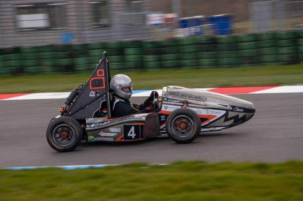de raceauto op volle snelheid