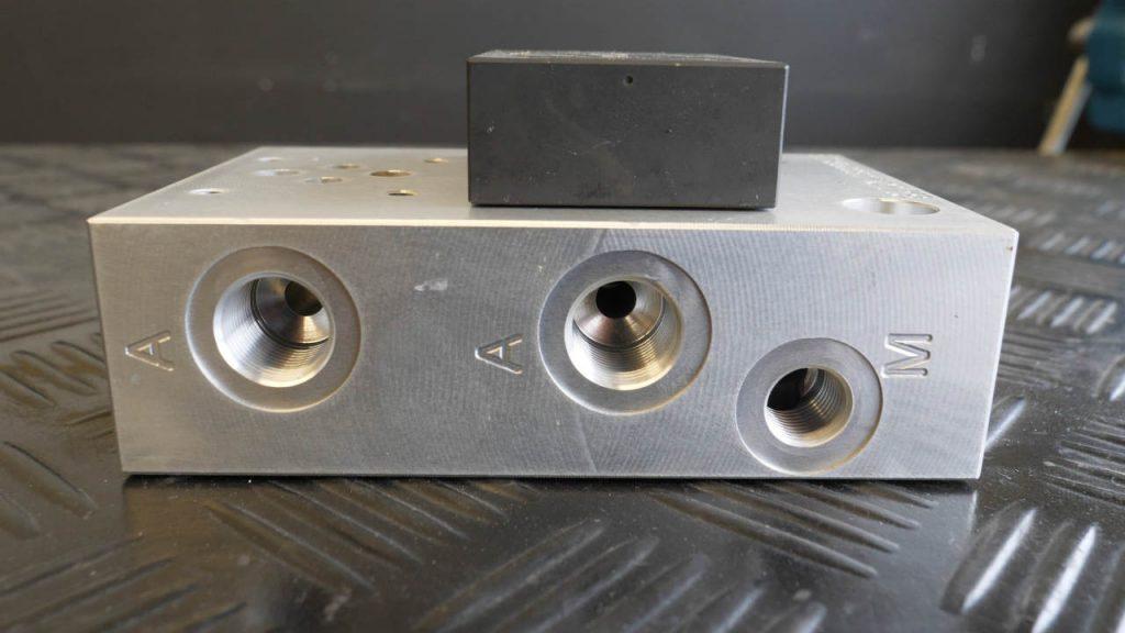 Ventielblok met A-poorten en aansluiting voor manometer