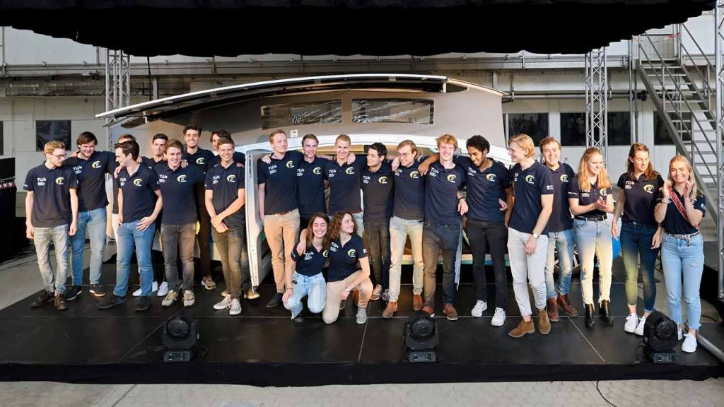 De leden van Solar Team Eindhoven voor hun zonne-auto Stella Vita.