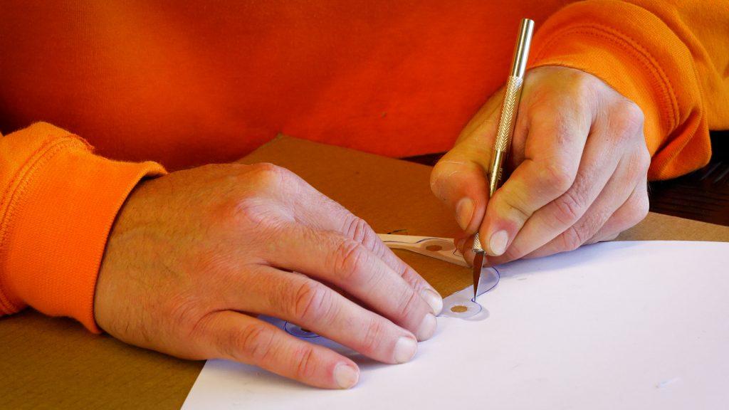 Uitsnijden van het pakking papier met een mesje